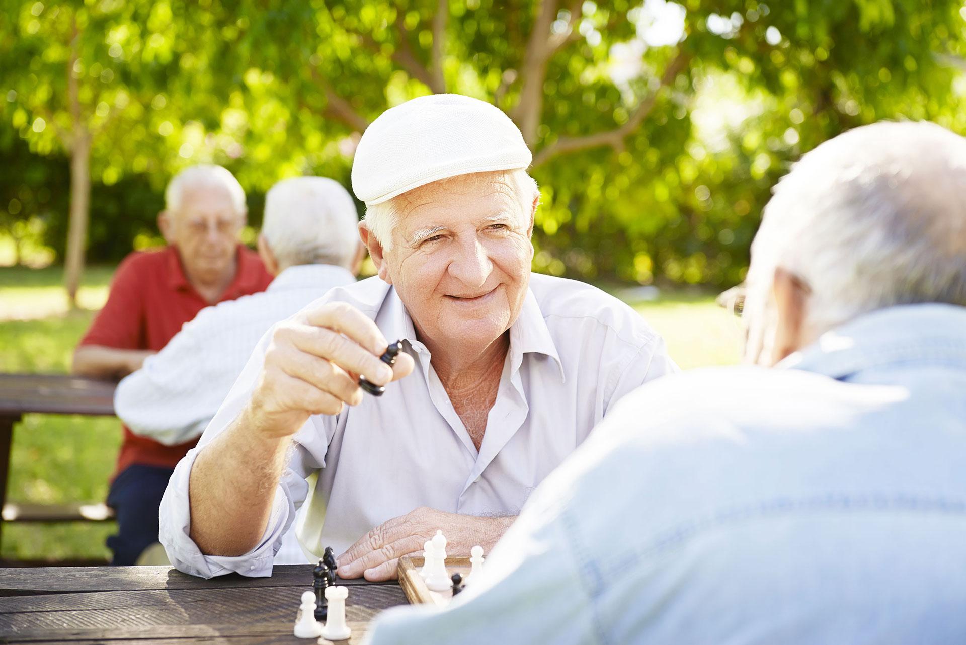 residencia de mayores jugando ajedred madrid zona norte Los Angeles